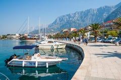 Adriatisches Seeufer mit kleinen Freizeitbooten innerhalb des Hafens von Makarska-Stadt Lizenzfreie Stockbilder