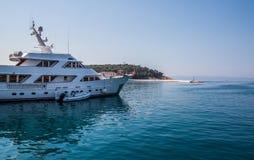 Adriatisches Seeufer mit kleinen Freizeitbooten innerhalb des Hafens von Makarska-Stadt Stockfotografie