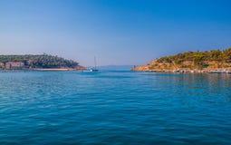 Adriatisches Seeufer mit kleinen Freizeitbooten innerhalb des Hafens von Makarska-Stadt Lizenzfreies Stockfoto