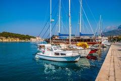 Adriatisches Seeufer mit kleinen Freizeitbooten innerhalb des Hafens von Makarska-Stadt Stockfoto