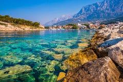 Adriatisches Seeufer mit kleinen Freizeitbooten innerhalb des Hafens von Makarska-Stadt Stockbild