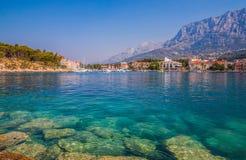 Adriatisches Seeufer mit kleinen Freizeitbooten innerhalb des Hafens von Makarska-Stadt Lizenzfreie Stockfotografie