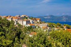 Adriatiska havet ö av den Iz byn Arkivfoto