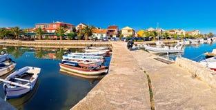 Adriatiska havet by av den Bibinje hamn- och strandpanoramautsikten Royaltyfri Foto