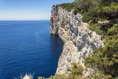 Adriatiska havet klippor Arkivfoto
