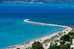 Adriatiska havet kustlinje i Omis, Kroatien Royaltyfria Bilder