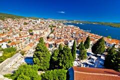 Adriatiska havet stad av Sibenik den flyg- sikten arkivfoton