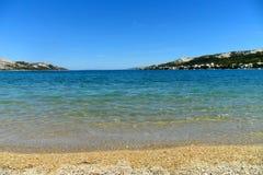 Adriatiskt hav för Pag för stadsNovalja ö, Kroatien, Pebble Beach Planjka Royaltyfri Foto