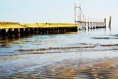 Adriatiskt hav och bro, under vinterdagar Royaltyfri Bild
