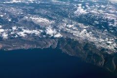 Adriatiskt hav och kust med snö-täckte berg, flyg- fotografi Novi-Vinodolski Povile, Klenovica, Kroatien Arkivfoto
