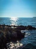 Adriatiskt havet med vaggar i förgrunden Arkivfoto