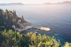 Adriatycki wybrze?e z schronieniem w Trsteno, Chorwacja zdjęcia stock