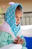 Adroable junges Kind im Bademantel Stockbilder