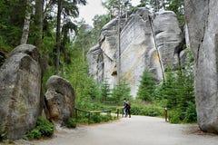 2015-07-10 Adrspach,捷克共和国-大岩层之间的含沙道路与两个游人 库存照片