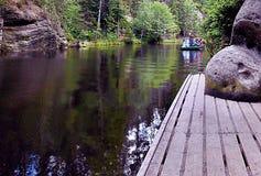 2015-07-10 Adrspach, República Checa - guía con los turistas en un bote pequeño en 'el lago del jezirko de Adrspasske' Imagen de archivo