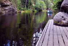 2015-07-10 Adrspach, Tschechische Republik - Führer mit Touristen in einem kleinen Boot auf dem 'Adrspasske-jezirko' See Stockbild