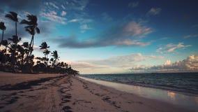 Adscape des Paradiestropeninselstrandes Punta Cana, Dominikanische Republik Mann, der am Sonnenaufgang läuft stock footage