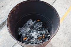 Aduana en chino La gente quema los materiales del dinero y del papel del fantasma para honrar al antepasado en festival de modo q Imágenes de archivo libres de regalías