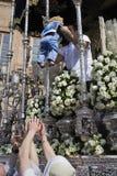 Aduana popular para bendecir a un bebé antes de la Virgen en un trono durante semana santa Imagenes de archivo