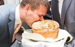 Aduana tradicional de la boda para morder un pedazo grande Fotos de archivo libres de regalías