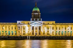 Aduanas en la noche dublín irlanda Foto de archivo libre de regalías