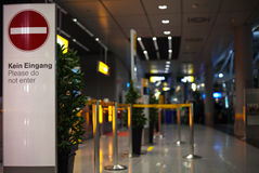 Aduanas ningún escudo de la continuidad en un aeropuerto Foto de archivo