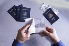 Aduanas o funcionario de la frontera que comprueba un pasaporte Imagen de archivo libre de regalías