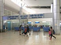 Aduanas y control de pasaportes en el aeropuerto internacional de Ranh de la leva, Imagen de archivo libre de regalías