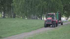 Adubo da propagação da máquina da agricultura no solo cultivado do campo no verão Colheitas de plantação vídeos de arquivo