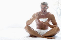 adult bowl cereal eating man mid στοκ φωτογραφίες