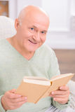 Adult couple reading book Stock Images