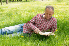 Adult man reading a book Royalty Free Stock Images