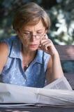 adult mid newspaper reading στοκ φωτογραφία