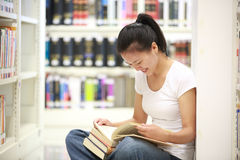 Adult student reading in libray Royalty Free Stock Photos
