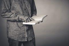 Adulte étudiant la Sainte Bible photos stock