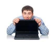 adulte derrière des jeunes d'homme d'ordinateur portatif Images stock