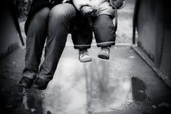 Adulte et enfant balançant sur une oscillation Images libres de droits