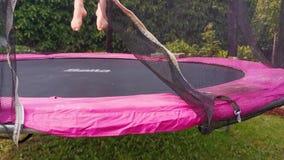 Adulte féminin sautant sur un trempoline, les pieds et les jambes en plan rapproché, sport en plein air d'amusement pour dans le  banque de vidéos