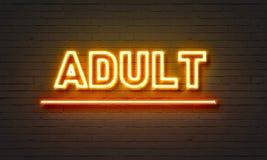 Adulte-Leuchtreklame auf Backsteinmauerhintergrund Stockfoto