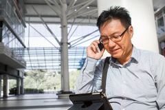 Adulte masculin chinois au téléphone Photo stock