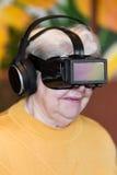 Adulte supérieur avec des verres de réalité virtuelle Photographie stock libre de droits