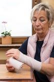 Adulte supérieur avec le bandage de bras Images libres de droits