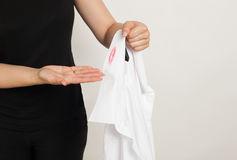 Adulterio: una mujer con una camisa con los rastros de lápiz labial Foto de archivo libre de regalías