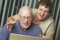 Adultes aînés sur l'ordinateur portable Image stock