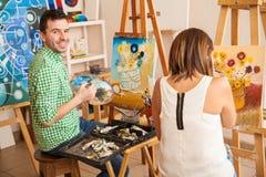 Adultes appréciant l'école d'art photos stock