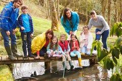 Adultes avec des enfants sur le pont au centre d'activité en plein air Images stock