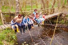 Adultes avec des enfants sur le pont au centre d'activité en plein air Photo libre de droits