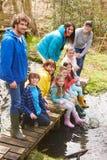Adultes avec des enfants sur le pont au centre d'activité en plein air Photos stock