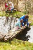 Adultes avec des enfants sur le pont au centre d'activité en plein air Image stock
