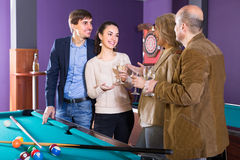 Adultes avec du vin à la table de billard Photo stock